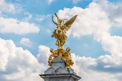 在维多利亚纪念品顶部的金黄天使,白金汉宫 库存图片