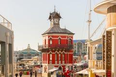 在维多利亚阿尔弗莱德水前面的尖沙咀钟楼在开普敦 免版税库存图片