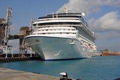 在巴巴多斯靠码头的游轮 库存照片
