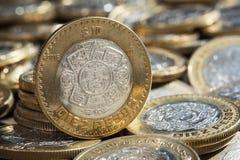 在更多硬币的十个墨西哥比索货币在混乱 库存照片