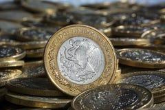 在更多硬币的墨西哥比索货币在混乱,水平 免版税库存图片