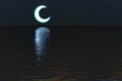 在水夜场面背景的月亮 免版税库存照片