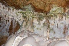 在洞大理石的钟乳石 免版税库存图片