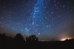 在满天星斗的天空下 免版税库存照片