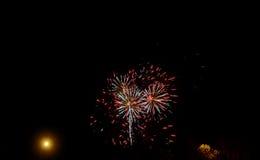在满天星斗的天空的闪耀的红色绿色黄色庆祝烟花 美国独立日,第4 7月,新年 免版税库存照片