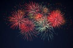 在满天星斗的天空的闪耀的红色绿色黄色烟花 免版税库存照片