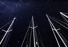 在满天星斗的天空背景的风船帆柱 库存照片