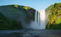 在晴天期间,巨大和剧烈的瀑布, Skogafoss,冰岛 免版税库存图片