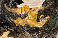 在黑天空,一张老拜占庭式的墙壁绘画的天使飞行 图库摄影