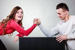 在年轻夫妇之间的武器角力挑战 免版税库存图片