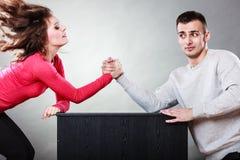 在年轻夫妇之间的武器角力挑战 免版税库存照片