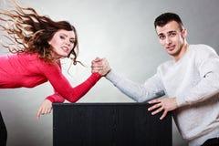 在年轻夫妇之间的武器角力挑战 图库摄影
