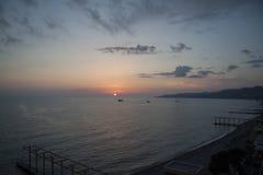 在索契海滩的日落 免版税图库摄影
