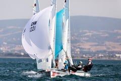 在2017妇女470世界冠军期间,运动员在行动乘快艇 免版税库存图片
