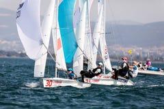 在2017妇女470世界冠军期间,运动员在行动乘快艇 免版税图库摄影