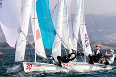 在2017妇女470世界冠军期间,运动员在行动乘快艇 库存照片