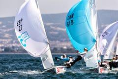 在2017妇女470世界冠军期间,运动员在行动乘快艇 图库摄影