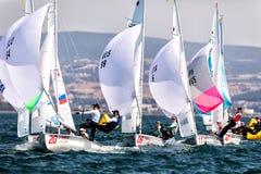 在2017妇女470世界冠军期间,运动员在行动乘快艇 库存图片