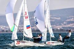 在2017妇女470世界冠军期间,运动员在行动乘快艇 免版税库存照片
