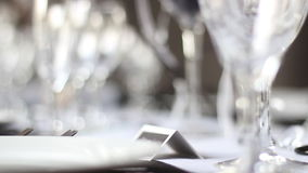 在结婚周年餐桌上的玻璃器皿 影视素材