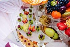 在结婚宴会桌上的不同的可口果子 库存图片