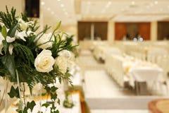 在结婚宴会的白玫瑰花 免版税库存图片