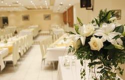 在结婚宴会的白玫瑰 库存照片