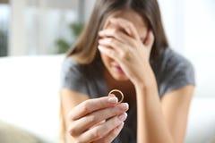 在离婚以后的哀伤的妻子 免版税库存图片