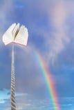 在绳子栓的书上涨入与彩虹的天空 免版税库存照片