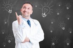 在医学的新的想法与快乐的确信的医生 库存照片