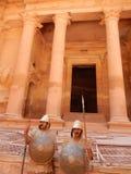 在财宝, PETRA,约旦前面的罗马战士 库存照片