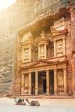 在财宝Al Khazneh附近的两流浪的骆驼休息雕刻了int 免版税图库摄影