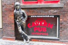 在洞穴客栈前面的约翰・列侬雕象,利物浦,英国 免版税库存图片
