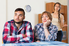 在年轻家庭的家庭冲突与母亲 图库摄影