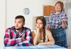 在年轻家庭的家庭冲突与母亲 免版税库存照片