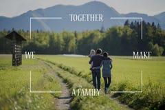 在年轻家庭的概念性文本在乡下公路 免版税库存图片