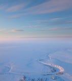 在冻寒带草原河上的短的冬日,顶视图 库存图片