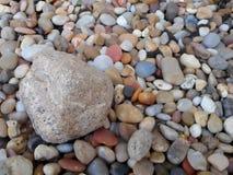 在更小的岩石中的大岩石 库存照片