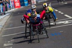在维尔京伦敦马拉松的女性轮椅竞争者2013年 库存照片