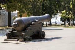 在贝尔格莱德堡垒的疆土的一门古老大炮 免版税库存图片