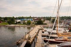 在贝尔法斯特港口停泊的小船 免版税图库摄影