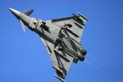 在费尔福德皇家空军基地空气在飞行中纹身花刺展示的台风战斗机 库存图片