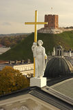 在维尔纽斯大教堂的圣赫勒拿岛雕塑在立陶宛 免版税库存照片
