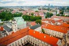 在维尔纽斯,立陶宛的首都屋顶的看法  库存图片