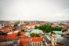 在维尔纽斯,立陶宛的首都屋顶的看法  免版税库存照片
