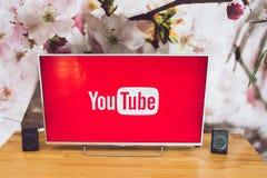 在索尼聪明的电视的YouTube app 库存图片
