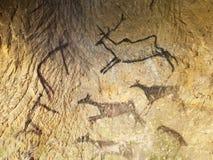 在穴居人狩猎史前油漆的发现上在砂岩洞的 人的狩猎油漆  免版税图库摄影