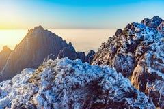 在黄山国家公园上五颜六色的峰顶的日出  免版税图库摄影