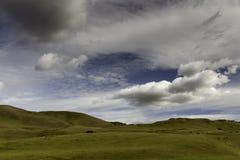 在绵延山的云彩在春天 库存图片