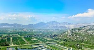 在黑山的山的肥沃的山谷 免版税库存照片
